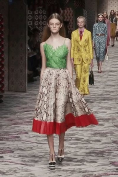 04-model-walk-mfw-gucci-willow-hand